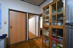 右手のドアは収納スペースです。(2018-04-06,共用部,KITCHEN,1F)