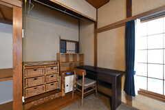 壁側にはテーブル、イス、収納棚が設置されています。(206号室)(2018-04-06,専有部,ROOM,2F)