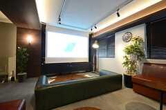 大型のスクリーンも用意されています。(2016-02-15,共用部,TV,1F)