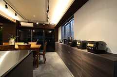 収納棚の上に、キッチン家電がならびます。(2016-02-15,共用部,KITCHEN,1F)