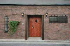 玄関まわりの様子。雰囲気の良いタイルとランプです。(2013-03-21,共用部,OUTLOOK,1F)