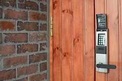 玄関のドアはナンバー式のオートロックです。(2013-03-21,周辺環境,ENTRANCE,1F)