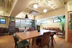 リビングの様子2。テーブルの天板はサイズを変えることができます。(2013-03-21,共用部,LIVINGROOM,1F)