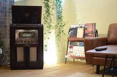 ソファの脇には、年代物のレコードプレーヤー。(2013-03-21,共用部,LIVINGROOM,1F)