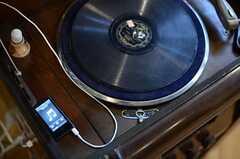 レコードは再生できませんが、デジタルのポータブルプレーをつなげてスピーカーとして使用できます。スタッフの手作りです。(2013-03-21,共用部,OTHER,1F)