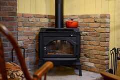 ストーブの上は鍋を置けるので、簡単な調理や温めにも使えます。(2013-03-21,共用部,OTHER,1F)