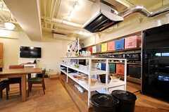 キッチンは少し床上げされています。(2013-03-21,共用部,KITCHEN,1F)