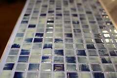 ブルーのタイルに合わせて、目地も青色の素材を使用。(2013-03-21,共用部,KITCHEN,1F)