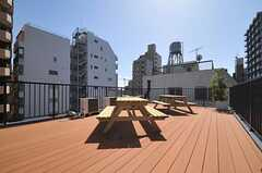 屋上にはウッドデッキが敷かれ、使いやすそう。端っこから煙突が顔をのぞかせています。(2013-03-21,共用部,OTHER,5F)