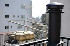 ストーブから伸びた煙突。(2013-03-21,共用部,OTHER,5F)