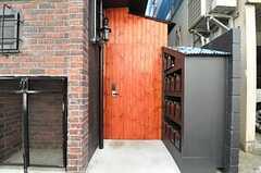 郵便受けの様子。部屋ごとに用意されています。脇のドアは自転車置場に繋がっています。(2013-03-21,共用部,OTHER,1F)