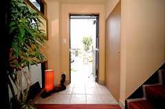 内部から見た玄関周りの様子。(2010-04-09,周辺環境,ENTRANCE,1F)