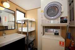 洗面台、洗濯機、乾燥機の様子。(2010-04-09,共用部,LAUNDRY,1F)