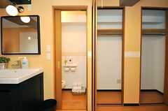 廊下には洗面台、トイレ、収納が並びます。(2010-04-09,共用部,TOILET,3F)