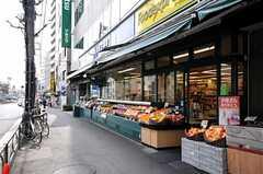 駅前には24時間営業のスーパーが2件並んでいます。(2010-04-09,共用部,ENVIRONMENT,1F)