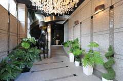 正面玄関から見たエントランス内部の様子。馬がいます。(2012-08-01,周辺環境,ENTRANCE,1F)