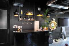 ラウンジに設置されたバーカウンターの様子。(2012-08-01,共用部,LIVINGROOM,1F)