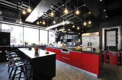 キッチンの様子。大きなアイランドキッチンです。(2012-08-01,共用部,KITCHEN,1F)