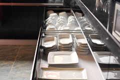 食器はオーナーさんセレクトで、普段使いしやすいモノを多数揃えられています。(2012-04-24,共用部,KITCHEN,1F)