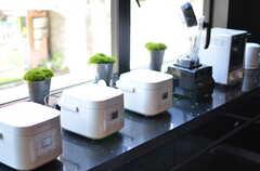 窓際に並んだ炊飯器の様子。(2012-08-01,共用部,KITCHEN,1F)