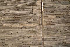 ラウンジの壁は岩壁です。(2012-04-09,共用部,LIVINGROOM,2F)