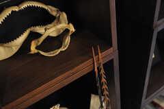 サメの歯形もあります。モリを使って戦ったかは、ご想像にお任せします。(2012-04-09,共用部,LIVINGROOM,2F)