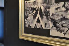 壁には、時計仕掛けのオレンジのアートワークが飾られています。(2012-04-09,共用部,LIVINGROOM,2F)