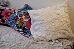 クッションやベッドシーツの花柄の装飾がかわいいのです。気になる方はオーナーさんにチェックして見て下さい。(308号室)(2012-04-24,専有部,ROOM,3F)