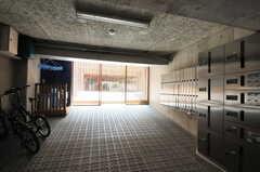 正面玄関から裏手に回りこむと、宅配ボックスと自転車置き場があります。(2012-08-01,共用部,GARAGE,)