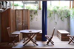 グリーンもあり、快適そうな喫煙スペース。ただ、喫煙者は少ないのだそう。(2012-08-01,共用部,OTHER,)