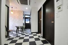 601、602号室で使えるリビング。床はチェッカーフラッグ。(2012-12-03,共用部,LIVINGROOM,6F)