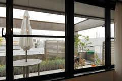 窓の外にはルーフバルコニー。(602号室)(2012-12-03,専有部,ROOM,6F)