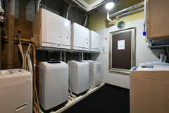 洗濯機が6台、ガス式乾燥機が3台、電気式乾燥機が3台設置されるとのこと。(2021-03-18,共用部,LAUNDRY,)