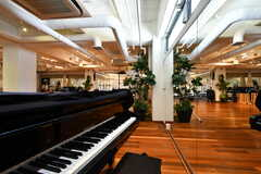 イベントスペースWhite Roomの様子3。グランドピアノが設置されています。(2021-03-18,共用部,LIVINGROOM,)
