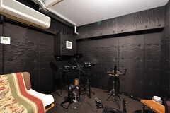 音楽室の様子2。ドラムセットが置かれています。(2021-03-18,共用部,OTHER,)