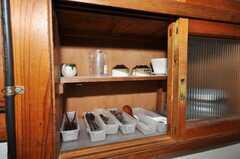 食器棚の様子。備え付けでこれまたレトロ。(2009-08-03,共用部,OTHER,2F)