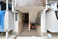 マンションの階段の様子。ポストは階段の手前にあります。(2016-07-19,共用部,OTHER,1F)