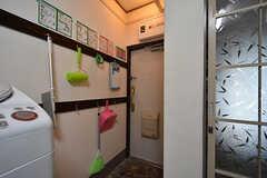 内部から見た玄関まわりの様子。掃除用具は玄関のフックにかけて収納されています。(2016-07-19,周辺環境,ENTRANCE,1F)