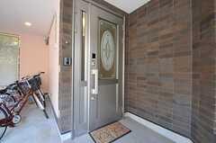 シェアハウスの正面玄関。玄関の鍵は非接触式です。(2012-12-13,周辺環境,ENTRANCE,1F)