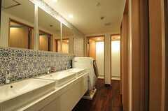 洗面台が3台並んでいます。洗面台の対面はトイレです。(2014-01-08,共用部,OTHER,3F)
