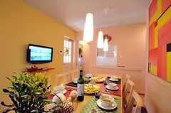 シェアハウスのリビングの様子2。※テーブル上のデコレーションは展示用です。(2010-11-05,共用部,LIVINGROOM,1F)