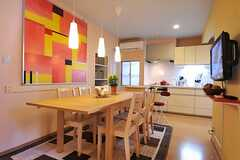 シェアハウスのリビングの様子3。壁にはオーナーさんが描いた絵画が飾られています。(2010-11-05,共用部,LIVINGROOM,1F)