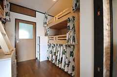 ドアの先が水まわり設備で、左右にベッドがあります。※現在は上段のみベッドが設置され、下部は収納として利用しています。(2012-02-28,専有部,ROOM,1F)