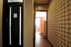 玄関脇に201号室があります。(2012-02-28,共用部,OTHER,2F)