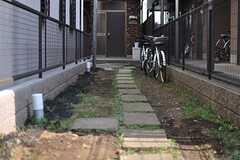シェアハウスへ続くアプローチの様子2。コンクリートに舗装される予定。(2013-08-30,共用部,OUTLOOK,1F)