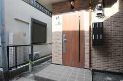 シェアハウスの玄関の様子。(2013-08-30,周辺環境,ENTRANCE,1F)