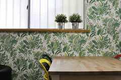 緑いっぱいの壁紙。(2013-08-30,共用部,LIVINGROOM,1F)