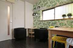 リビングの一角にはコーヒーテーブルと一人がけのソファが2脚置かれています。(2013-08-30,共用部,LIVINGROOM,1F)