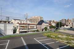 窓からの景色。駐車場は公園になる予定があるのだとか。(201号室)(2013-08-30,専有部,ROOM,2F)
