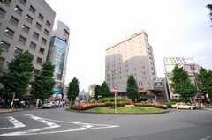 JR山手線大塚駅前の様子。飲食店が多く、夜でも賑やかです。(2009-05-19,共用部,ENVIRONMENT,1F)